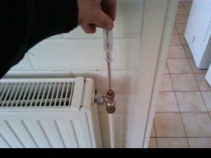 Hier ziet u hoe een radiatorkraan wordt ingeregeld.